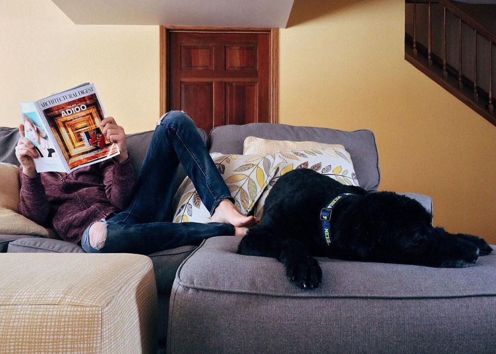 wspólne leżenie na kanapie