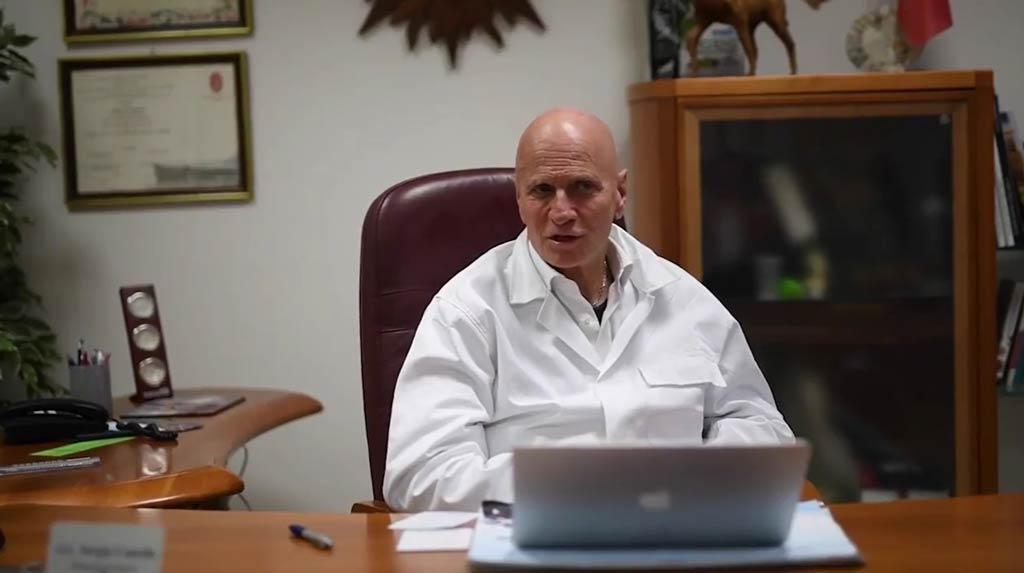 dr Sergio Canello podczas jednej z transmisji a temat zdrowia psów i kotów